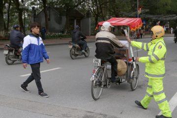 Hà Nội xử phạt người đi bộ sai phần đường